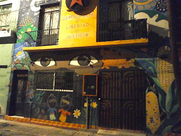 """時間が空いたので、またメトロでセントロに行き、 久々にサパティスタ支援カフェ""""Rincoln Zapatista""""へ。"""