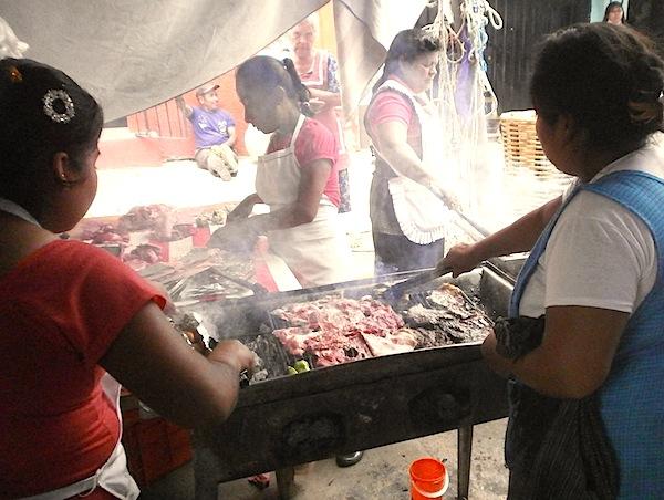 炭で焼きまくる肉屋